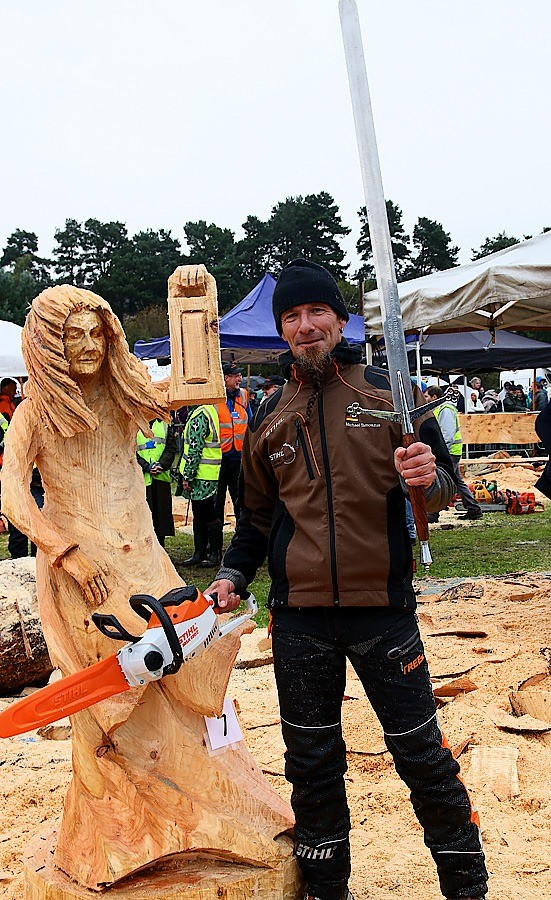 Winning Carving 2019 Girl with a Lantern Michael Tamozsus